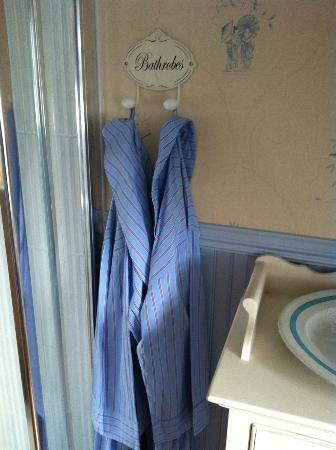 Marsh Mere Lodge: Bathrobes! Unexpected