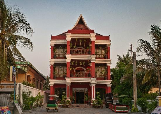 Sidewalk Never Die Hotel Siem Reap: From Mao ))