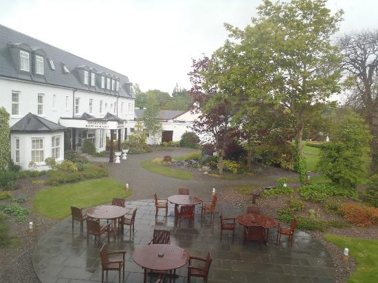 Ballygarry House Hotel & Spa: View of courtyard from our room