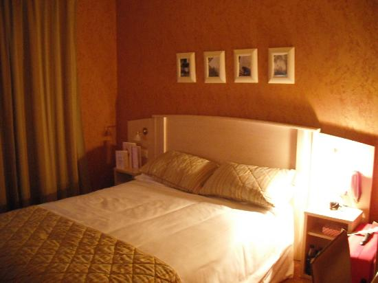 Hotel Elysees Opera: Our cosy room