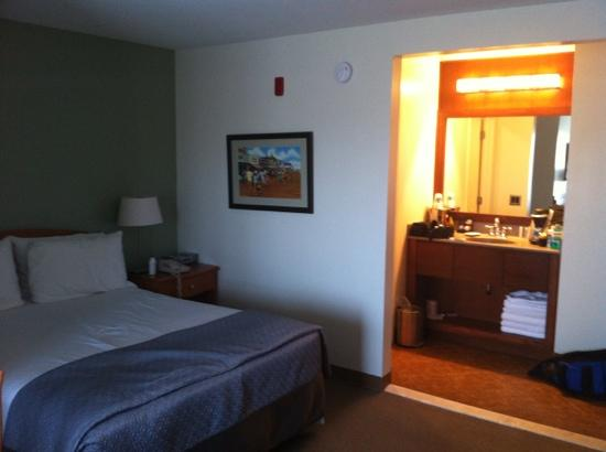 Crosswinds Motel: Room 307: corner room. Nice bed, fluffy towels, good-taste toiletries.
