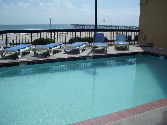 The Breakers Resort Inn: Pool area overlooking the beach
