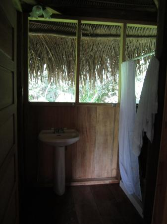 Chaab'il B'e Lodge & Casitas: Bathroom..where you see the agoutis in the morning :)