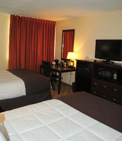 Village Inn Event Center: Two Queen Non Smoking Bedroom Amenities