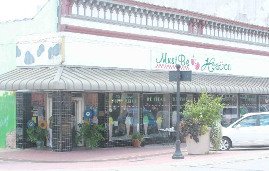 Must Be Heaven : Downtown Brenham is very pretty. This is one of two nice little restaurants we saw.