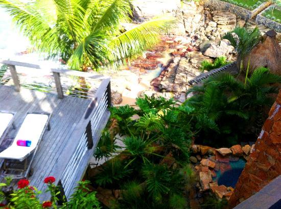 Cachoeira Inn: Um dos decks com a vista da praia do hotel