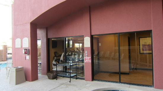 Drury Inn & Suites Phoenix Airport: YOU SEE THE WORKOUT ROOM FROM THE POOL AREA