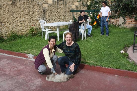 Posada Tambuca: Owner with cat, in front yard