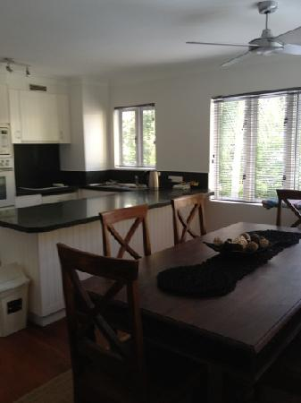 BeachView Apartments at Villa Paradiso : kitchen/dining