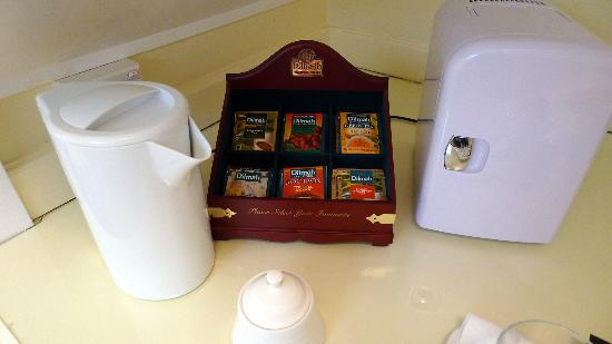Ika Lodge: Tea and Coffee station in the bedroom