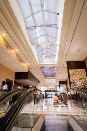 Hilton Charlotte University Place: Up the escalator from lower lobby to main lobby