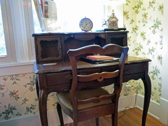 Aunt Daisy's Bed and Breakfast: Writing Desk in Hampshire Suite