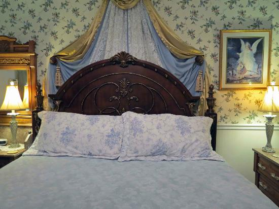 Aunt Daisy's Bed and Breakfast: Bed in Hampshire Suite