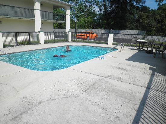 Super 8 Mobile: pool