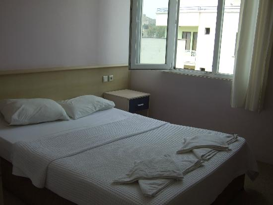 Artemis Hotel: 清潔なベッド回り