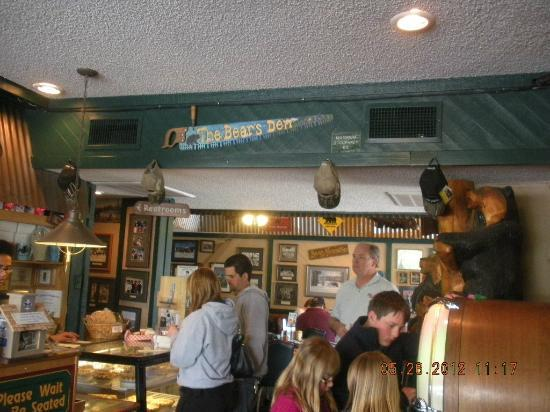 Black Bear Diner - Mt. Shasta : 1st view inside