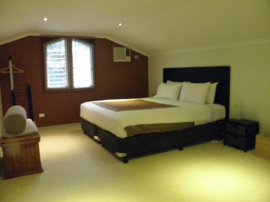 Amber Gardens Guesthouse: King Suite/Mezzanine Bedroom