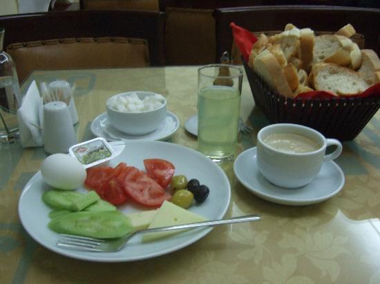 Hotel Emek: シンプルな朝食ビュッフェ