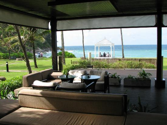 Merlin Beach Resort: dining with beach view
