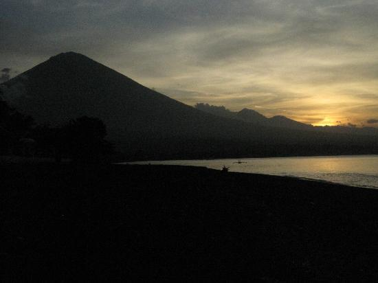 Geria Giri Shanti Bungalows: Mt. Agung (3142 m.) & the Beach, Sunset