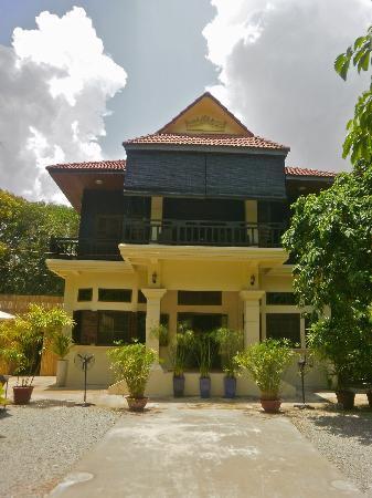 Samatika Villa Boutique: Frontal view of hotel.