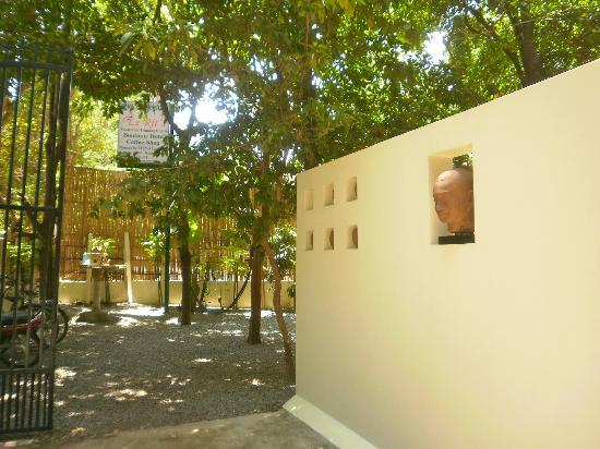 Samatika Villa Boutique: Entrance of hotel grounds.