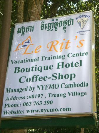 Samatika Villa Boutique: Entrance sign out the front.