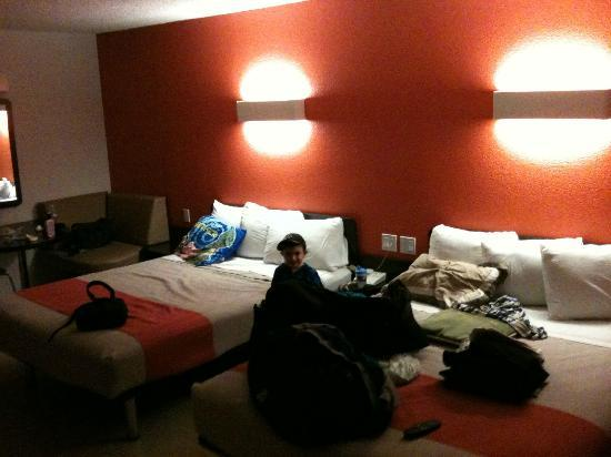 Motel 6 Anaheim Maingate: Twin full beds in our room. My son seemed to like it.