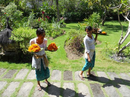 Fivelements Bali Retreat: Happy, smiling staff