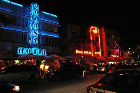 Century Hotel : ocean drive di notte