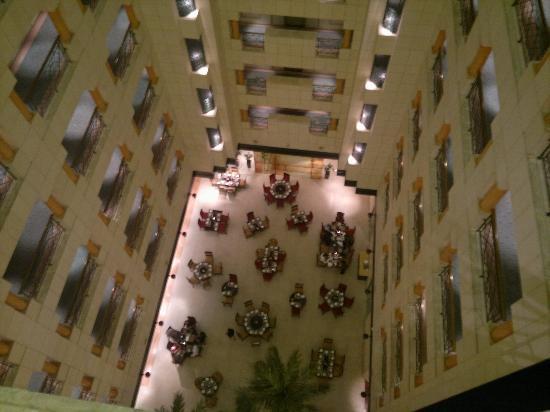 Crowne Plaza Hotel Abu Dhabi: Hotel atrium