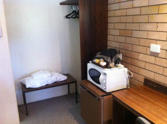 Blayney Goldfields Motor Inn: Small wardrobe, microwave and kettle