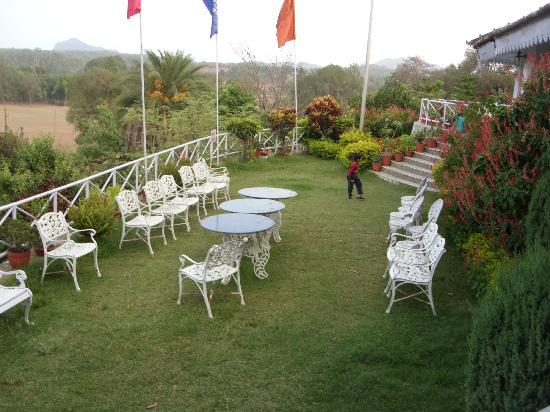 MPT Rock End Manor Pachmarhi: sitting in the lawns