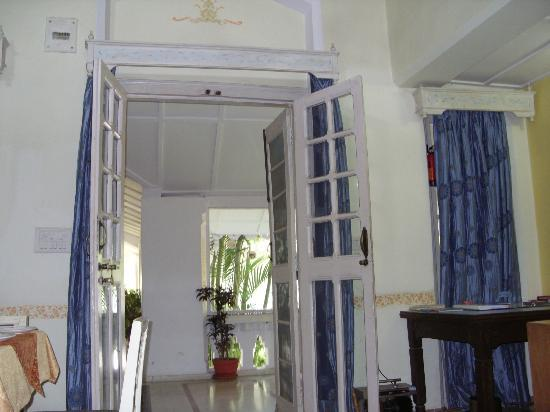 MPT Rock End Manor Pachmarhi: entrance of a room