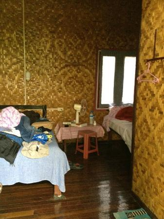 Four Sisters Inn: Small, hot and dirty room.