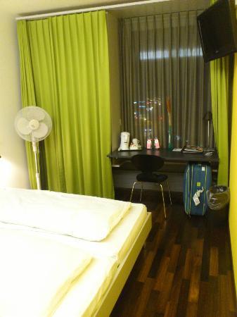 Sorell Hotel Ador : ventana y armario