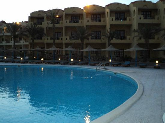 Marina Beach Resort : piscina e albergo