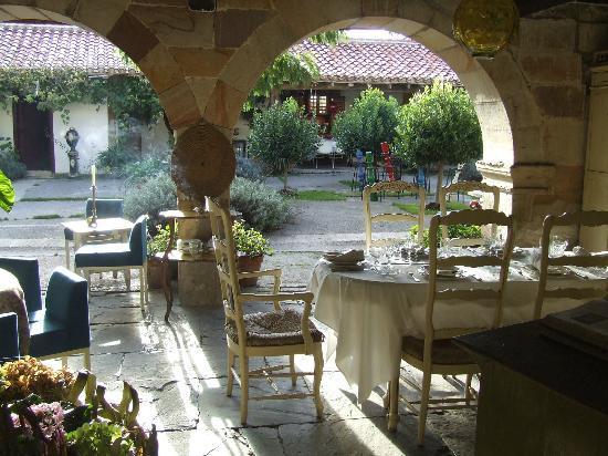 Los Corrales de Buelna, Spain: Parte de la terraza