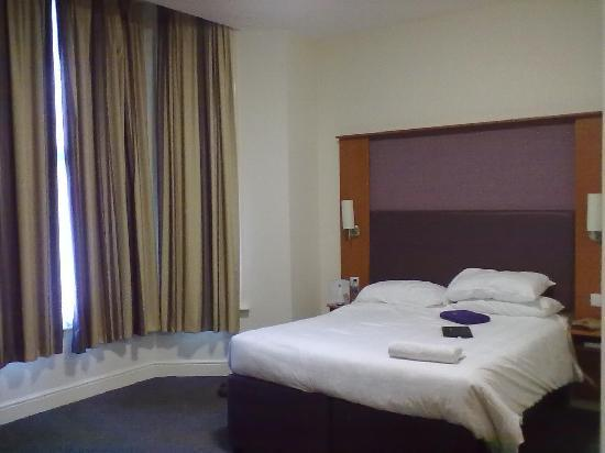 Premier Inn London Kensington (Olympia) Hotel: camera tripla al piano terra, vista dalla porta