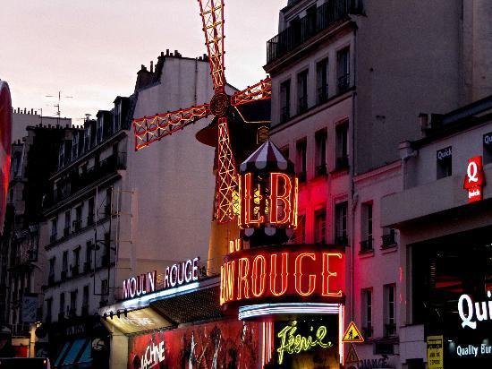 Le Relais Montmartre: Das Moulin Rouge direkt in der Nähe