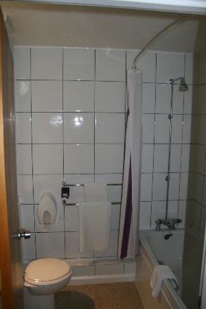 Premier Inn Tonbridge Hotel: Bathroom