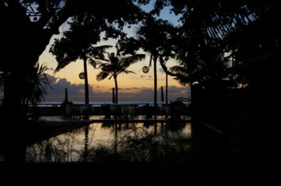 Tandjung Sari Hotel: Beach at sunrise