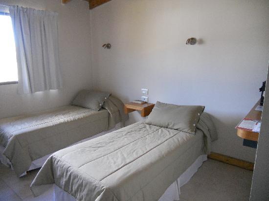 Posada El Barranco: Habitación, correcta pero faltan espacios guardado o apoya valijas (no todos vamos de mochileros