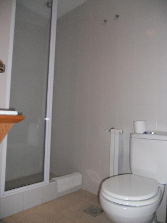 Posada El Barranco: Baño, básico pero fantástica ducha (pero no tiene suficiente superficie de apoyo)