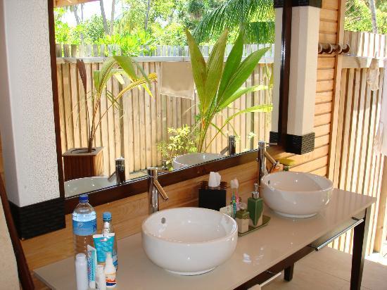 buiten badkamer - Foto van Kuredu Island Resort & Spa, Kuredu ...