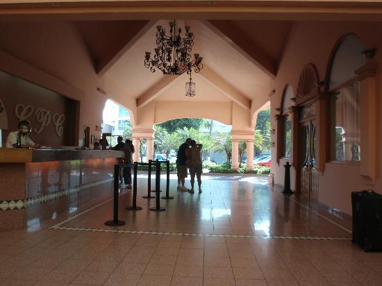 Crown Paradise Golden Resort Puerto Vallarta: Lobby looking out