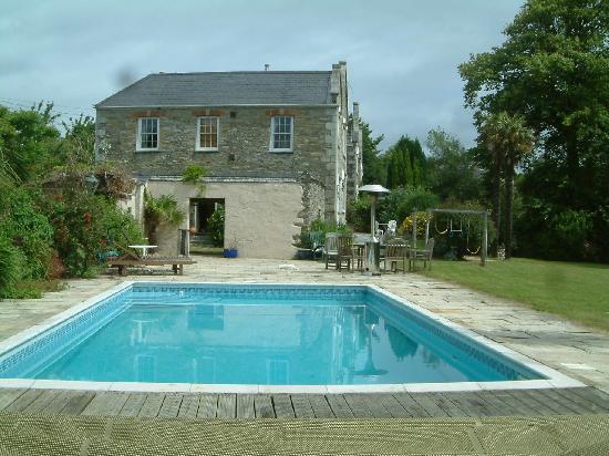 South Penarth B&B: heated outdoor pool