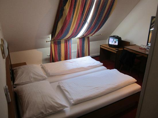 Hotel Drei Kronen: twin bedroom