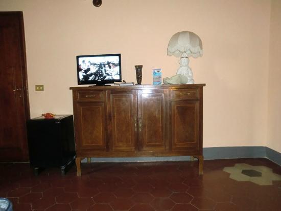 B&B Il Magnifico Soggiorno : comò con frigo e tv