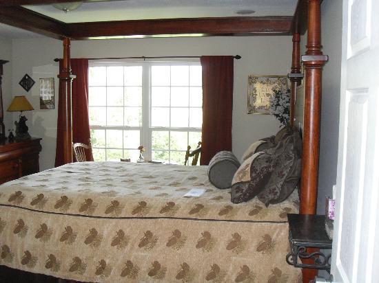 Sweetberries Bed and Breakfast: Tree Top Room